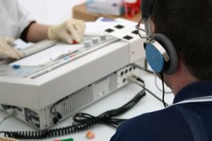 Der Hörtest wird in einer schalldichten Kabine durchgeführt