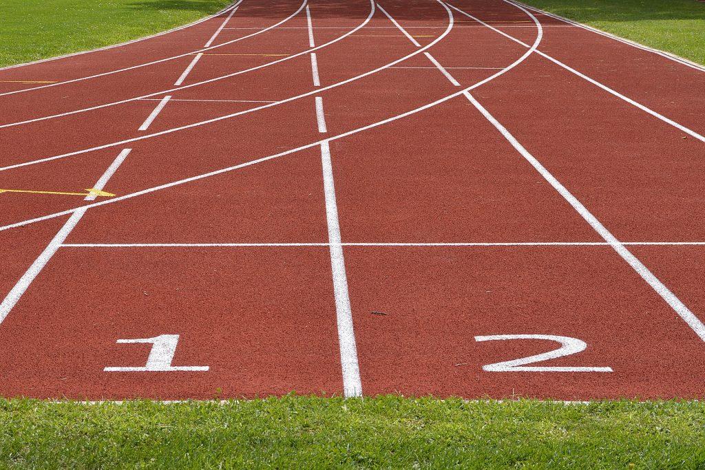 Der Dauerlauf findet i.d.R. auf einer Tartanbahn statt