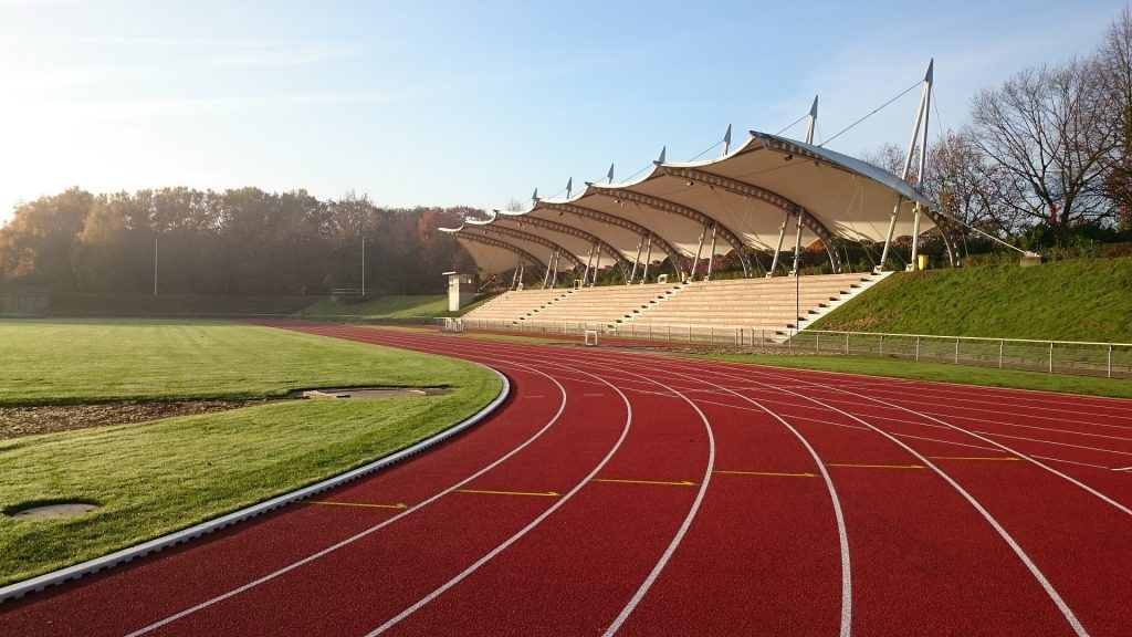 Der 5000m Lauf wird in Runden gelaufen, z.B. auf einer Tartanbahn